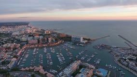 _ Turist- stad av Vilamoura och porten med yachter som filmas från luft portugal stock video
