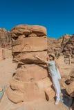 Turist- stående roman tempel i nabatean stad av petra Jordanien Arkivbild