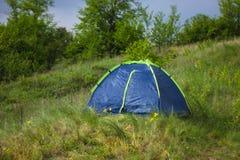 Turist- tält i läger i de härliga gröna kullarna royaltyfria bilder