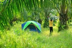 Turist- tält med pojken Fotografering för Bildbyråer