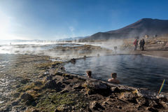 Turist- ta ett bad i Hot Springs på den naturliga reserven Eduardo Av Arkivbild