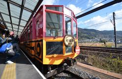 Turist- ta fotoet av drevet på den Kameoka Torokko stationen Arkivfoto