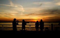 Turist- ta fotoet med frihetstatyn Fotografering för Bildbyråer