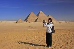 Turist- tagande bild på stora pyramider av Giza, Kairo Arkivbilder