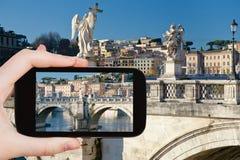 Turist- tagande foto av ängelstatyer i Rome Fotografering för Bildbyråer