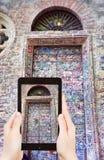Turist- tagande foto av dörren av Juliet House Arkivbild