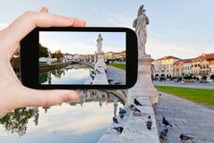 Turist- tagande foto av den Prato dellaen Valle i Padua Arkivfoton