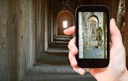 Turist- tagande foto av forntida gallerier i tempel Royaltyfria Foton