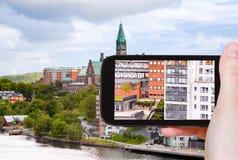 Turist- tagande foto av hus i Stockholm Arkivbild
