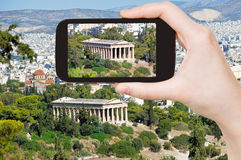 Turist- tagande foto av templet i Aten Fotografering för Bildbyråer