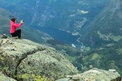 Turist- tagande foto från den Dalsnibba synvinkeln Norge Arkivbild