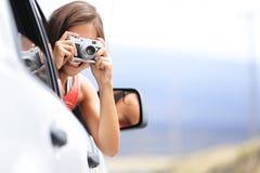 Turist- tagande foto för kvinna i bil med kameran Arkivbild