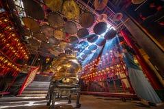 Turist- tagande foto i Misty Temple Fotografering för Bildbyråer
