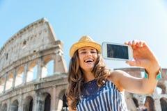 Turist- tagande selfie för kvinna på Colosseum i Rome i sommar Arkivfoto