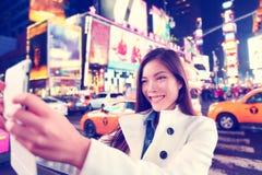 Turist- tagande selfie för Times Square med minnestavlan app Royaltyfri Bild