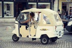 Turist- taxi för modern tuk-tuk i Lissabon, Portugal Royaltyfri Bild