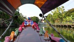 Turist- tur på den asiatiska kanalen Sikt av den lugna kanalen och bostads- hus från det dekorerade traditionella thailändska far lager videofilmer