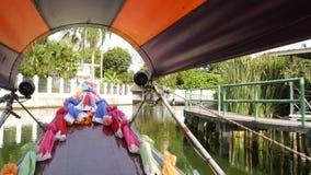Turist- tur p? den asiatiska kanalen Sikt av den lugna kanalen och bostads- hus fr?n det dekorerade traditionella thail?ndska far lager videofilmer