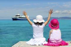 turist- turkos två för flickagoodbye hav royaltyfri foto