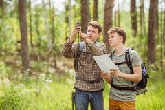 Turist två bestämmer den ruttöversikten och navigatören Royaltyfri Foto