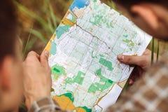 Turist två bestämmer den ruttöversikten och navigatören Fotografering för Bildbyråer