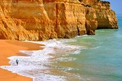 Turist- tyckande om Benagil strand i Portugal Arkivfoto