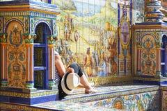 Turist- tyckande om Plaza de Espana i Sevilla, Spanien Arkivfoto