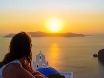 Turist- tyckande om Santorini ö med den Firostefani kyrkan Arkivbild