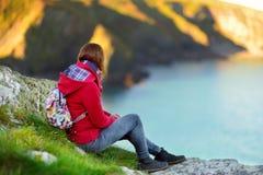Turist- tyckande om sikt av den ojämna corniska kustlinjen nära portIsaac det historiska fiskeläget på solig morgon, Cornwall, En Arkivbild