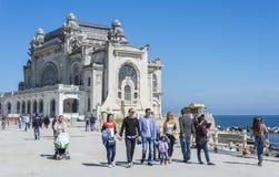 Turist- tyckande om sikt av kasinoslotten i Constanta Royaltyfria Foton