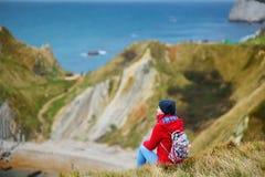Turist- tyckande om sikt av lilla viken för krig för mannolla-` på den Dorset kusten i sydliga England, mellan uddarna av den Dur Arkivbild