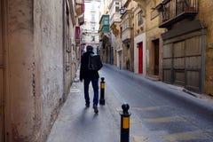 Turist- undersökande gator av Valletta Malta royaltyfria foton
