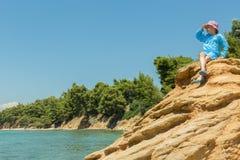 Turist- ung flicka på Aegean kust av den Sithonia halvön royaltyfri fotografi