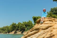 Turist- ung flicka på Aegean kust av den Sithonia halvön royaltyfri bild