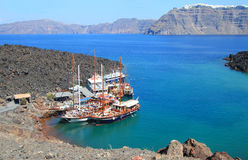 Turist- utfärdfartyg på liten port på vulkan av Santorini Arkivfoton