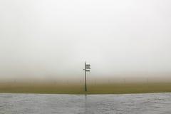 Turist- vägvisare för riktningstecken i en dimmig dag Royaltyfri Fotografi