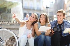 Turist- vänner som söker lägen Fotografering för Bildbyråer