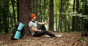 Turist- video pratstund för manlig ryggsäck i skog stock video