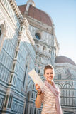 Turist- visningöversikt för kvinna, medan stå den near duomoen, Italien Arkivbild