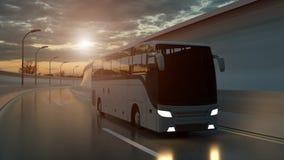 Turist- vit buss som k?r p? en huvudv?g p? solnedg?ngen som ?r bakbelyst vid en ljus orange sunburst under en illavarslande molni royaltyfri illustrationer