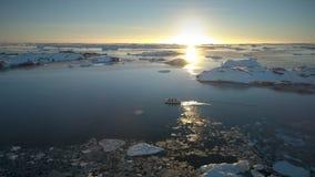 Turist- zodiakfartyg i havet Antarktiskt surrskott stock video