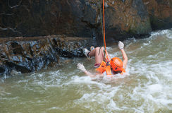 Turista abseiling en la cascada de Datanla en Vietnam Imagen de archivo
