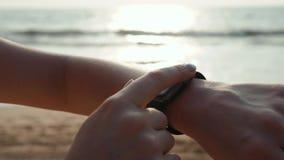 Turista activo de la mujer de la forma de vida que mira el reloj elegante del smartwatch de la tecnología Cierre macro del primer almacen de metraje de vídeo