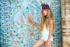 Turista adolescente rubio de la muchacha en ciudad vieja mediterránea Imagen de archivo