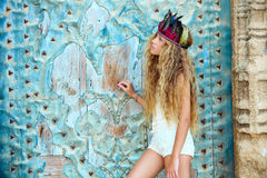 Turista adolescente rubio de la muchacha en ciudad vieja mediterránea Fotos de archivo libres de regalías