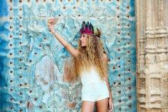 Turista adolescente rubio de la muchacha en ciudad vieja mediterránea Imagen de archivo libre de regalías