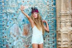 Turista adolescente rubio de la muchacha en ciudad vieja mediterránea Foto de archivo libre de regalías