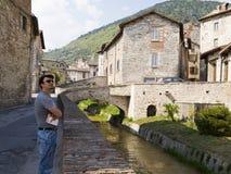 Turista adulto em Toscânia e em Úmbria históricas, Ital fotos de stock