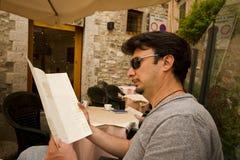 Turista adulto en Toscana y Umbría históricas, Ital Fotos de archivo libres de regalías