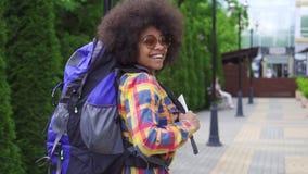 Turista africano de la mujer con una vista posterior afro MES lento del peinado almacen de video